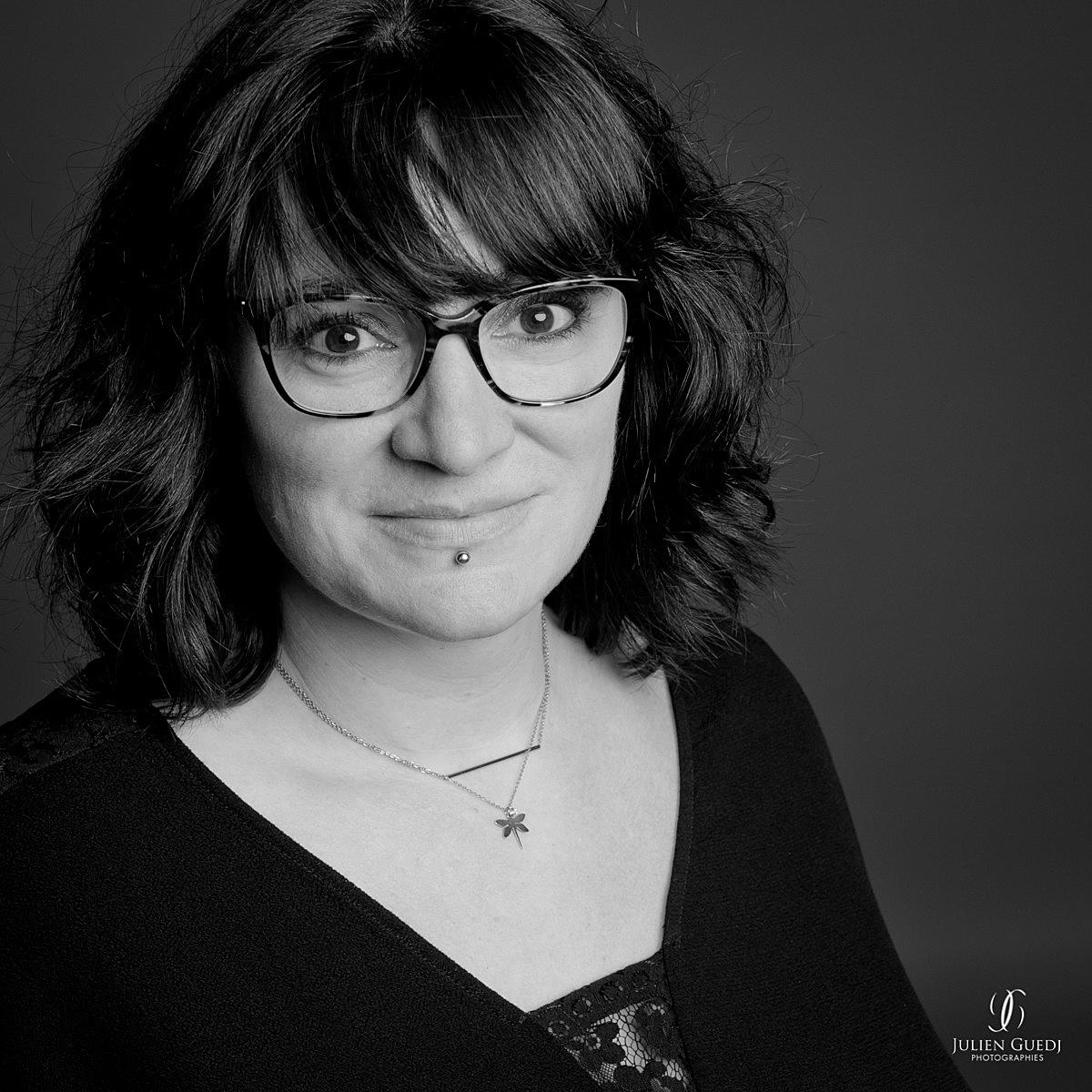 Portrait studio noir & blanc de Vie Bontemps Photographe