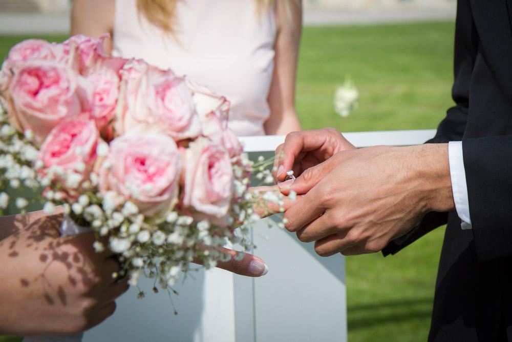 photos shooting inspiration portrait photographe mariage mariés robe cérémonie couple préparatifs abbaye du valasse normandie alliance fleur bouquet mariée