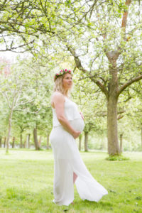 Leslie de profil, ventre rond de femme enceinte