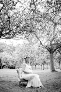 Leslie sur son fauteuil, séance grossesse à Colleville en Normandie
