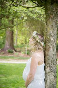 Leslie sous les arbres, les cheveux au vent