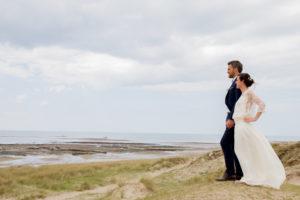 Nicolas & Barbara regardent l'horizon sur la plage de Gouville sur mer en mai 2017