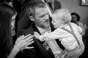 Le sourire d'Eliot dans les bras de son papa