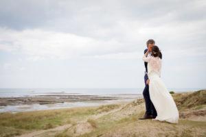 Face à la mer les mariés s'embrassent à Gouville sur mer en mai 2017