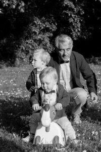 Augustin & Eliott avec leur grand-père à Coutances, dans la Manche