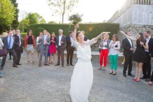 Barbara se prépare à lancer son bouquet aux célibataires, Coutances
