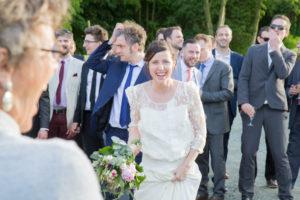 Barbara invite les hommes célibataires à attraper son bouquet de mariée, mai 2017