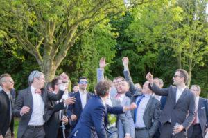 Les hommes célibataires attrapent le bouquet de Barbara, la marié, mai 2017