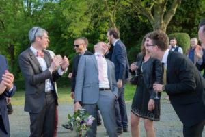 Les invités félicitent le célibataire qui a attrapé le bouquet de la mariée, Coutances, mai 2017