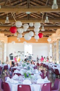 La décoration de la salle de réception de Nicolas & Barbara, fleurs et boules en papier, Coutances dans la Manche, mai 2017