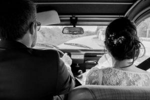 mariage bohème Nicolas & Barbara dans la 2 CV en noir et blanc à Gouville sur mer