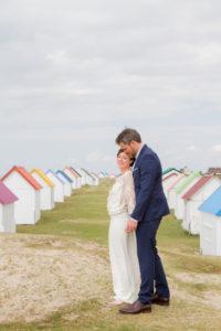 mariage bohème Nicolas & Barbara entre les cabines de plage de Gouville sur mer