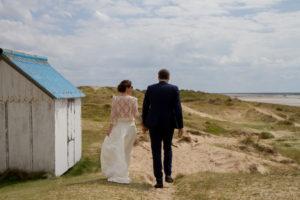 Nicolas & Barbara se promènent sur les dunes de Gouville sur mer