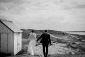 Les mariés se promènent sur la plage de Gouville sur mer en mai 2017