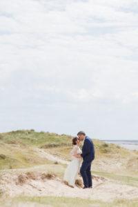 Le doux baiser des amoureux sur la plage de Gouville sur mer, mai 2017