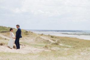 Les mariés face à l'horizon à Gouville sur mer