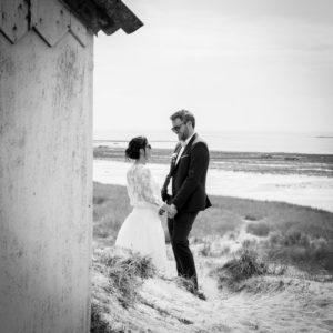 Les mariés se font face sur la plage de Gouville sur mer en mai 2017