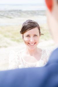Le doux regard de la mariée à son fiancé, Gouville sur mer