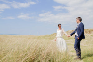 Les mariés dans les herbes hautes de Gouville sur mer