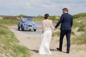 Les mariés retournent à la voiture après le shooting, mai 2017