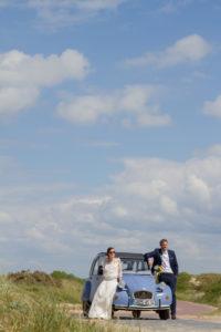 Les mariés sur le capot de la 2CV sur la plage en mai 2017