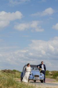 Regard langoureux des mariés installés sur la capot de la 2CV, mai 2017