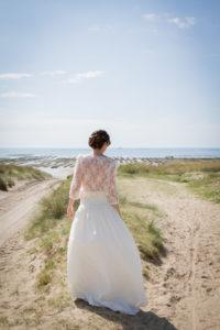 La mariée de dos face à la mer de Gouville sur mer en mai 2017