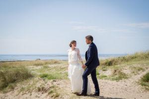 Le couple sur la plage, regard amoureux et sourire franc à Gouville sur mer en mai 2017
