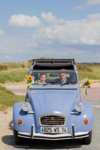 Les mariés dans la 2 CV bleu en mai 2017