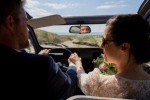 LE regard des mariés dans la 2 CV à Gouville sur mer en mai 2017