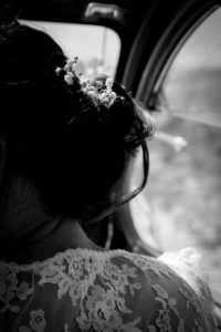 Détail de la coiffure de Barbara en noir et blanc
