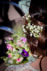 Détail de la coiffure bohème de la mariée
