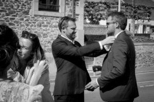 Un invité renoue la cravate du marié avant la mairie mai 2017