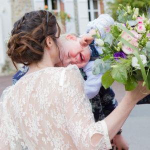 Eliott le fils des mariés pleure et se jète dans les bras de sa maman à Gouville sur mer