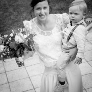 Elliott dans les bras de sa maman avant la cérémonie de mariage à la mairie de Gouville sur mer