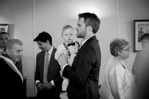Elliott dans les bras de son papa à la mairie de Gouville sur mer