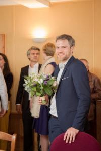 Nicolas & le bouquet de la mariée à la mairie de Gouville sur mer, mai 2017