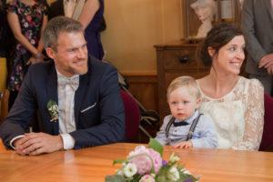 Les mariés et leur fils dans la salle des mariages de Gouville sur mer