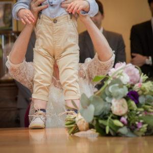 Elliott sur la table de la salle des mariages à Gouville sur mer