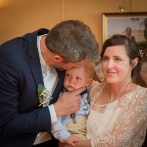Le bisou tendre de Nicolas à son fils dans la salle des mariages