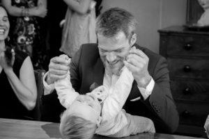 Un père & son fils s'amusent pendant la cérémonie de mariage, mai 2017