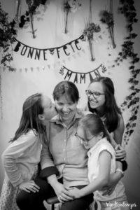 anna et ses trois filles pendant le shooting fête des mamans fecamp 2017 photo noir et blanc magasin sibellule