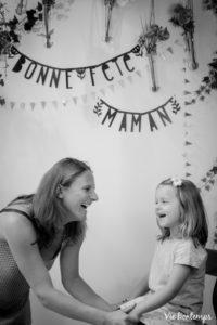 le sourire de caroline et de sa fille pendant le shooting fête des mamans fecamp 2017 photo noir et blanc magasin sibellule