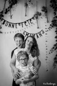 marion et ses fils font la grimace pendant le shooting fête des mamans fecamp 2017 photo noir et blanc magasin sibellule