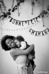 monique et ary complices pendant le shooting fête des mamans fecamp 2017 photo noir et blanc magasin sibellule