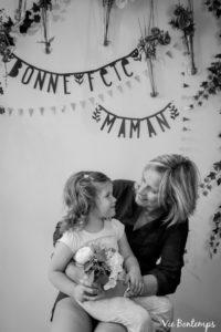 le regard de masha et magalie pendant le shooting fête des mamans fecamp 2017 photo noir et blanc magasin sibellule