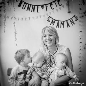 aurélie son fils et ses jumeaux pendant le shooting fête des mamans fecamp 2017 photo noir et blanc magasin sibellule