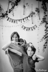 blandine et ses enfants lion et felix pendant le shooting fête des mamans fecamp 2017 photo noir et blanc magasin sibellule