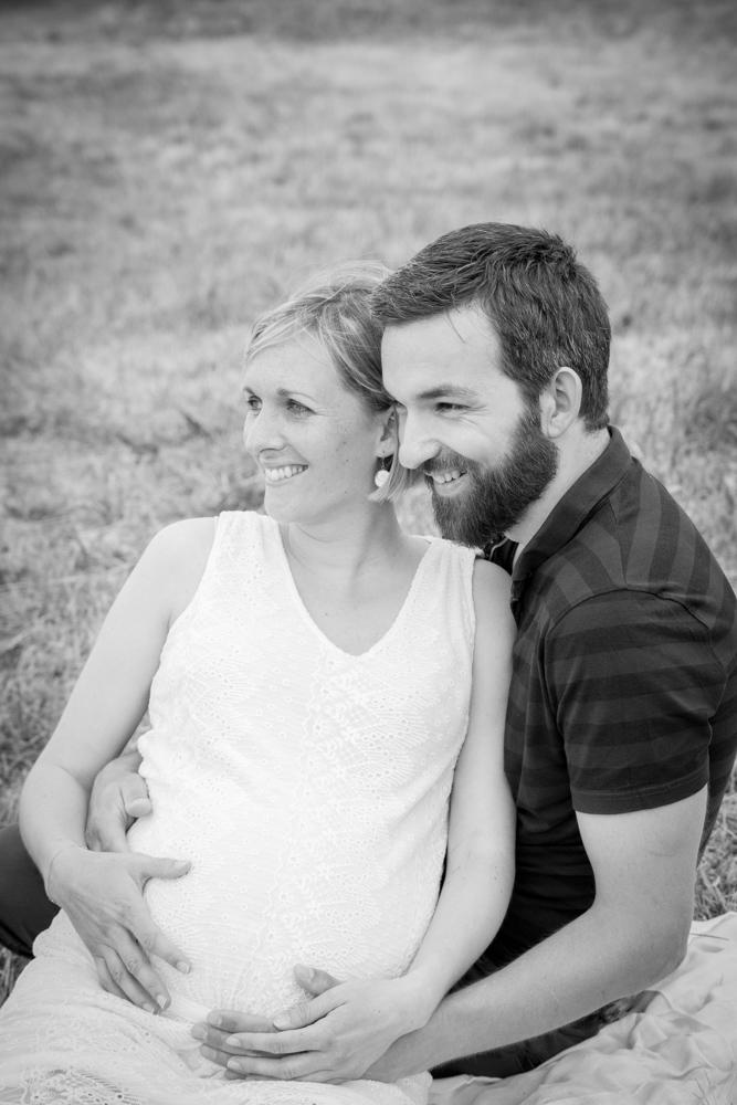fou rire des deux amoureux pour la séance grossesse de clara en normandie