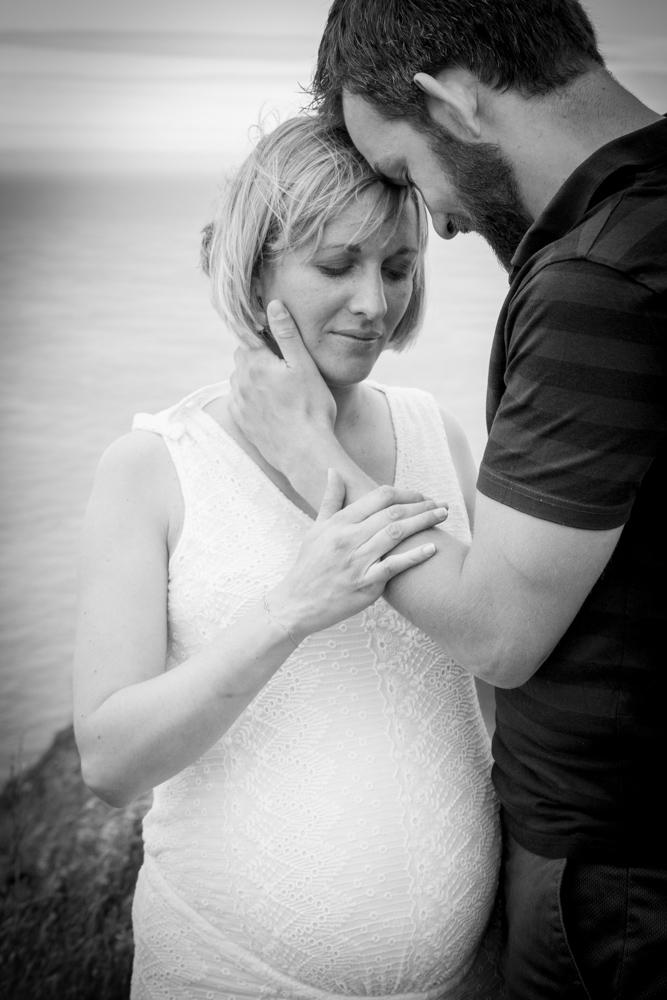 les amoureux enlacés séance grossesse senneville sur fecamp en normandie